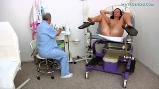 Un médecin va toucher sa patiente au cabinet