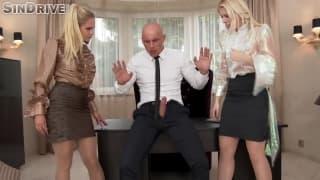 Ce patron va s'occuper de deux belles blondes