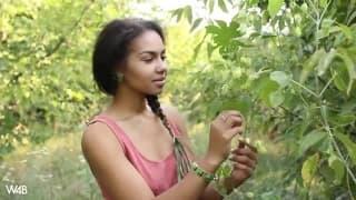 Après une visite de la forêt elle se doigte