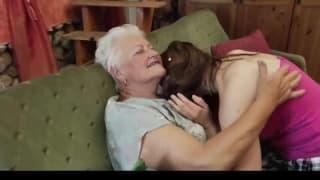 Une vieille et une jeune lesbienne vont baiser