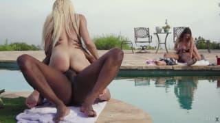 Deux meuf se font baiser a la piscine