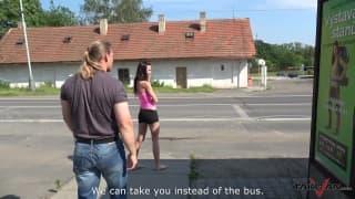 Eveline monte dans un mini bus pour baiser