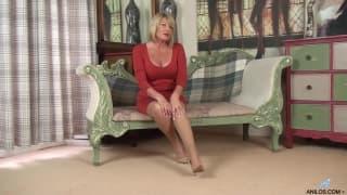 Une mature anglaise très chade se masturbe