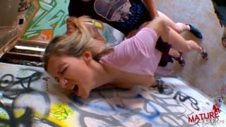 Blondinette française baisée en public