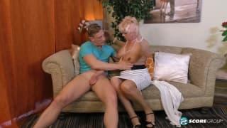 Grosse blonde mature avec gros tits