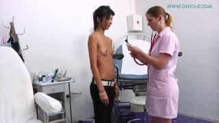 Une gynécologue bien coquine avec ses clientes!