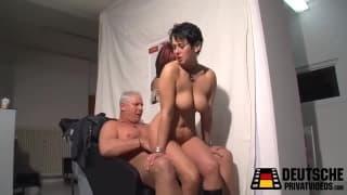 Une coiffeuse baise avec son client