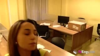 Une nana chaude dissimule des caméras au bureau