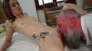 Un vieillard se tappe une nana sexy tout poilu