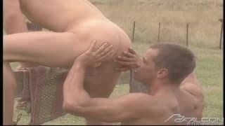 Homosexuels musclés et motivés à la ferme !