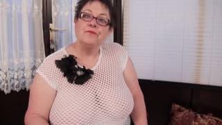 Grosse mamie degeulasse avec un poireau