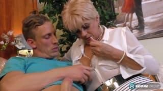 Cette femme mature se fait baiser par un jeune