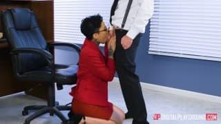 Une baise au boulot pour une secrétaire