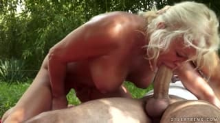 Cette mature se fait baiser en exterieur