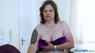 Chubby gourmande et seule pour un porno !
