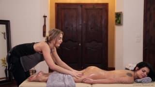 Deux lesbiennes huilée dans un massage de folie