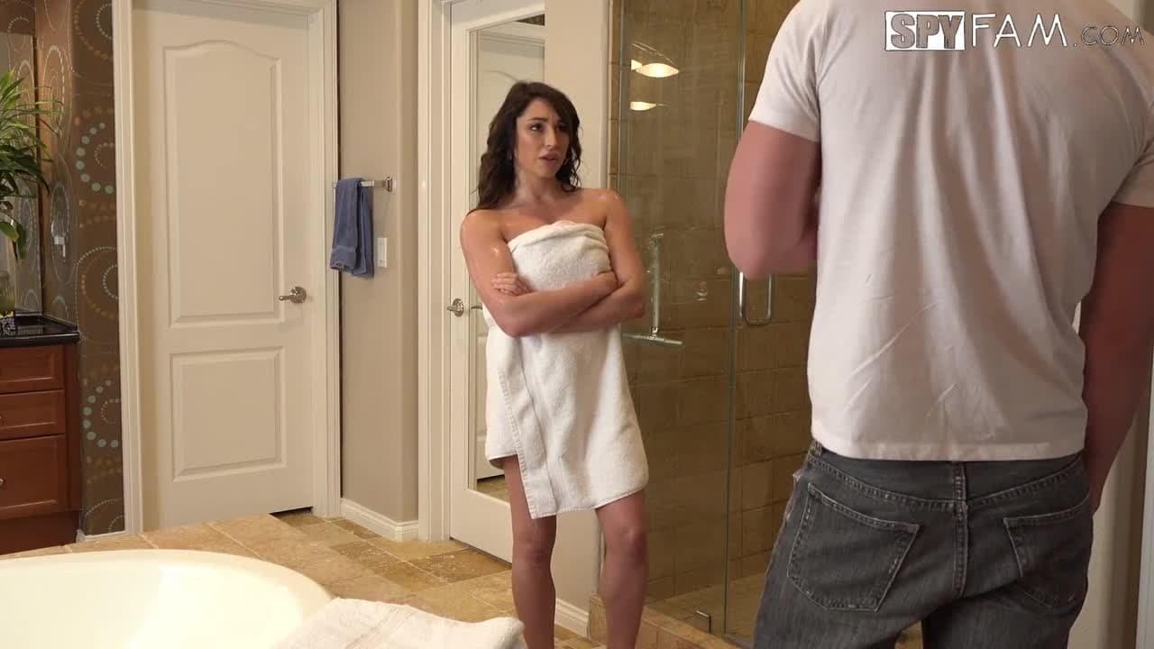 Un couple super sexy baise dans la salle de bains