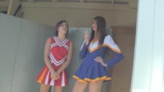 Deux cheerleaders se broutent le minou