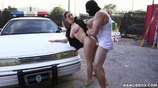 Voici une sexy policiére qui va bien le prendre