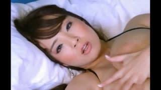 Hitomi tanaka se masturbe sous sa douche