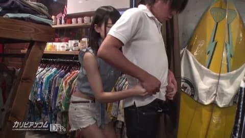 Une japonaise qui se fait baiser au magasin
