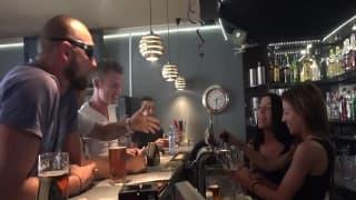 Un bar pour touriste qui organise des GangBangs