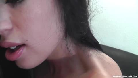 April Blue se fait baiser violemment la bouche
