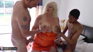 Femme bien mature prise par deux hommes