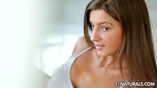 Melana est ravissante et elle joue toute seule