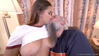 Un vieux barbu se tape une jeunette