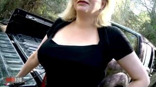 Une grosse blonde bien baisée sur le pick up