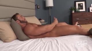 Dimitry aime bien se tripoter le pénis