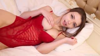 Mila Azul dégrafe sa lingerie fines