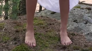 Voici une petite princesse dans la forêt