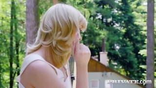 C'est une blonde baisée sur la pelouse
