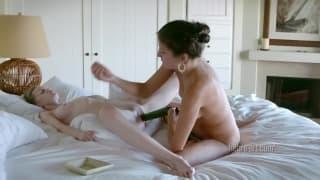 Massage de chatte a coup de concombre