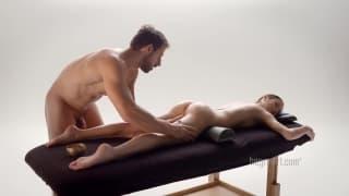 Massage de chatte d'une salope par un mec chaud