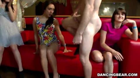 Mesdames s'amusent avec le stripteaseur