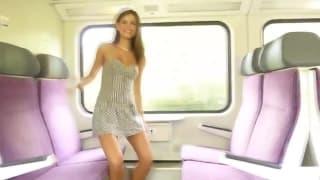 Elle monte dans un train et se tripote le minou
