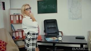 Blonde éclatée directement sur le bureau