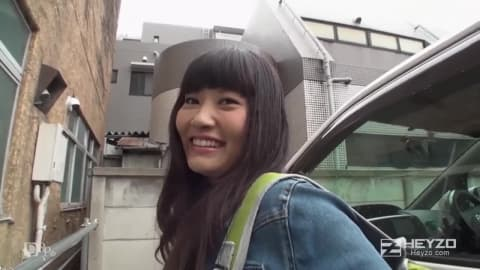 Japonaise équipée de son godemichet electrique