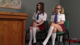 Masturbation en regardant deux jolies jeunes