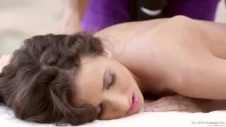 Un sublime massage lesbienne en extérieurs
