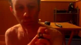 Cet homme cuit des carottes pour son anus...