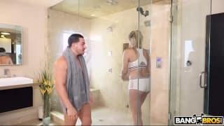 Baise de folie sous la douche avec une blonde