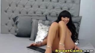 Avec ses seins en forme elle fait du webcam