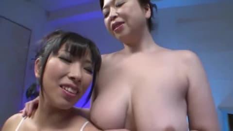 Deux milfs japonaises lesbiennes baisent