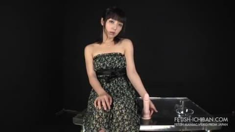 Japonaise qui se gode le cul sur la table