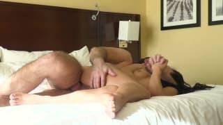 Gina Valentina encaisse Manuel à l'hôtel