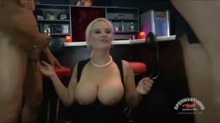 Heidi Hills filmé dans un club pour un gangbang